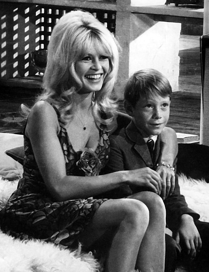 Photo publicitaire de Brigitte Bardot et Billy Mumy sur le plateau de Dear Brigitte (1965) | Photo : Wikimedia.