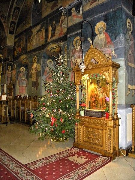File:Bucuresti, Romania. Biserica Enei. Brad de Craciun, Decembrie 2017.jpg