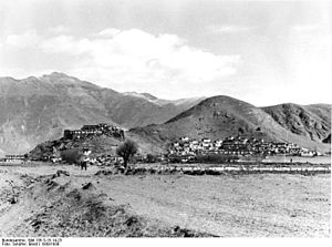 Nêdong (village) - View of Nedong, and of Netong Dzong, 1938