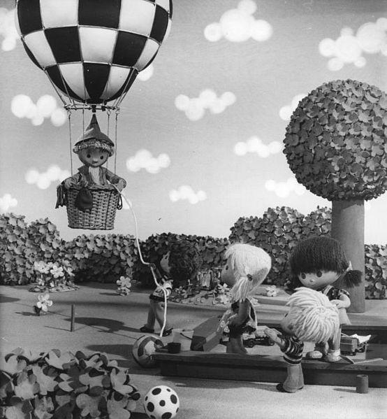 Ein schwarz weiß Foto aus Unser Sandmännchen. Das Sandmännchen landet gerade in einem Heißluftballon