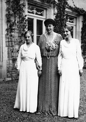 Princess Alexandrine of Prussia (1915–1980) - Image: Bundesarchiv Bild 183 2003 1014 505, Potsdam, Kronprinzessin Cecilie mit ihren Töchtern