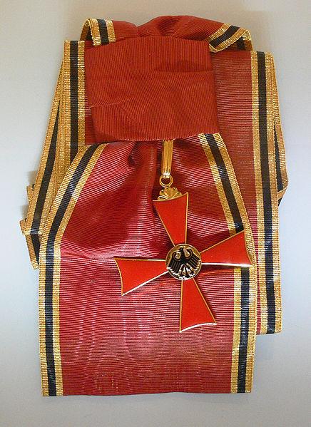 File:Bundesverdienstkreuz mit Schulterband.jpg