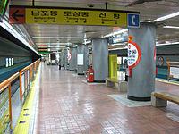 Busan-subway-112-JungAng-dong-station-platform.jpg