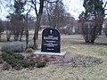 Bydgoszcz - Park na terenach dawnego cmentarza ewangelickiego.Na planie tablica pamięci spoczywających na byłym cmentarzu. - panoramio.jpg