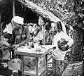COLLECTIE TROPENMUSEUM Een draagbaar winkeltje met eet- en drinkwaren op een markt te Rungkut TMnr 10002668.jpg