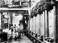 COLLECTIE TROPENMUSEUM Persen op het wringerstation van de N.V. Mexolie (Maatschappij tot Exploitatie van Oliefabrieken) te Rangkasbitoeng Java TMnr 10014141.jpg