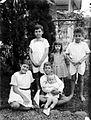 COLLECTIE TROPENMUSEUM Portret van een groep Europese kinderen en een baby in de tuin TMnr 10023890.jpg
