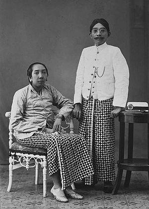 Priyayi - Image: COLLECTIE TROPENMUSEUM Raden Toemenggoeng Danoediningrat de regent van Kediri met zijn vrouw T Mnr 60020738