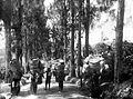 COLLECTIE TROPENMUSEUM Zwaar bepakte mannen op weg naar Sarangan Madioen TMnr 10013863.jpg