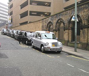 "Taxicabs of the United Kingdom - Taxicab rank with ""black cabs"" outside Liverpool Lime Street railway station"
