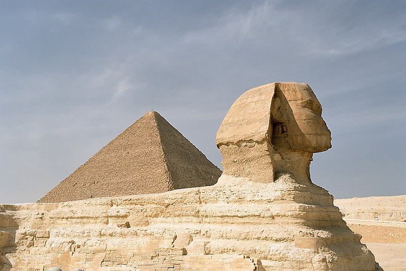 Archivo:Cairo, Gizeh, Sphinx and Pyramid of Khufu, Egypt, Oct 2004.jpg