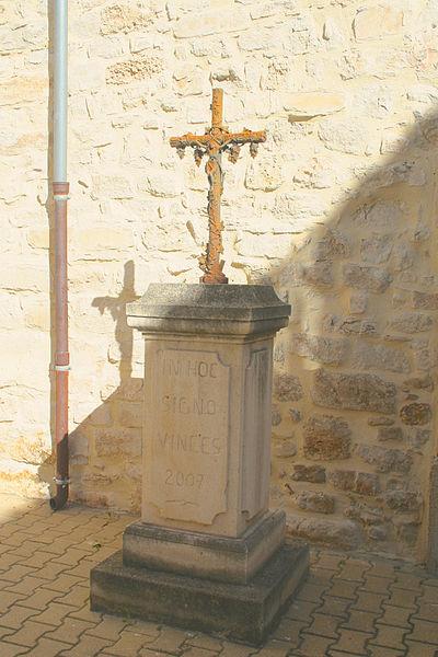 Causses-et-Veyran (Hérault) - croix devant l'église Notre-Dame de la Purification.