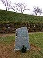 Cemiterio vello de Mondoñedo. Monolito ó seu carón en lembranza de tres paseados.jpg