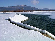 La lago kun montopinto Slivnica en la fono