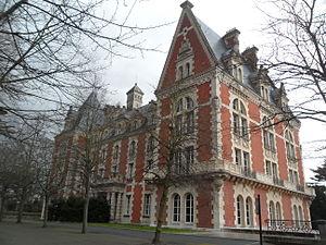 Lycée International de Saint-Germain-en-Laye - Image: Château d'Hennemont