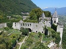 Vue du château de Miolans dans la combe de Savoie