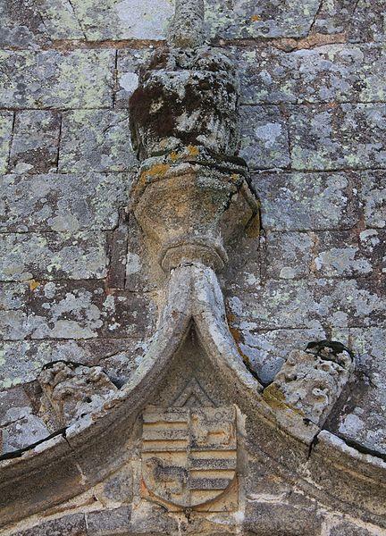 Chapelle de la Trinité (Plumergat): détail partie supérieure de la porte principale, avec blason famille de Trongoff (???)