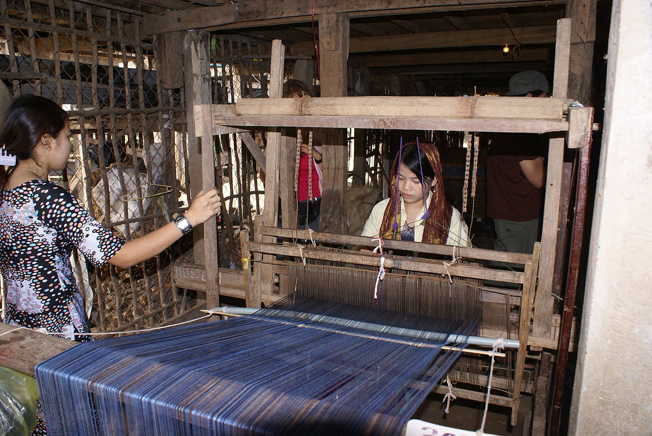 Difference Between Knitting And Weaving : File chau doc weaving loom g wikimedia commons