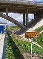 Cholupice, Pražský okruh, kilometrovník před mostem Hrazanské ulice.jpg