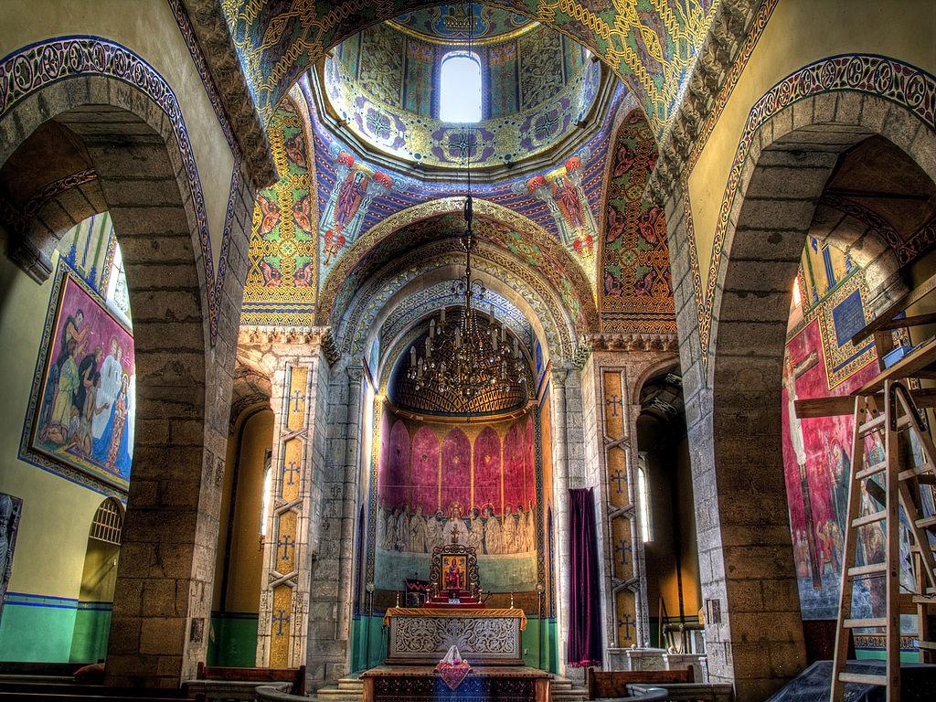 Eglise arménienne de Lviv en plein jour avec les couleurs saturées. Photo de Robin Schuil.