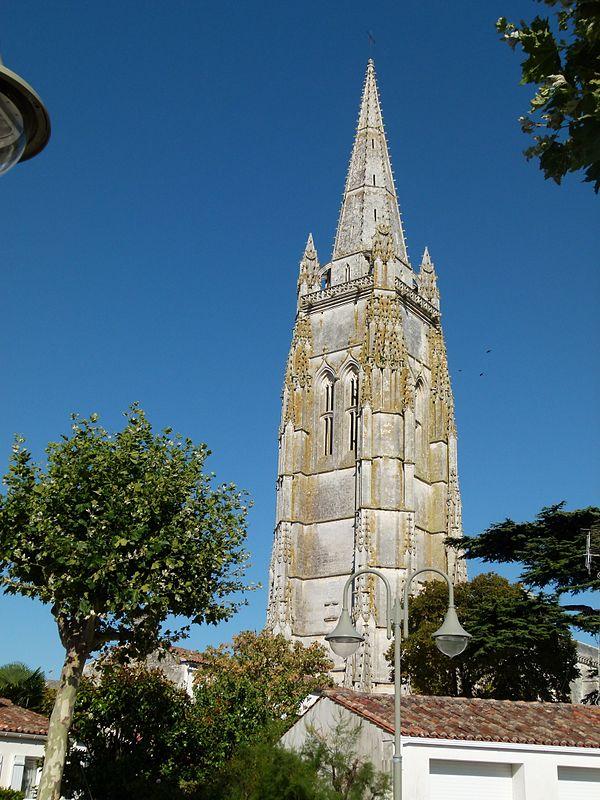Au cœur du centre-historique, la flèche de l'église Saint-Pierre constitue un repère de premier plan.