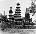 Collectie NMvWereldculturen, TM-20001059, Negatief, 'Nagebouwde vermoedelijk Balinesche tempel in Taman Mini Indonesia Indah', fotograaf Boy Lawson, 1977.jpg