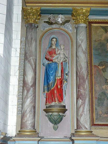 Église Saint-Julien du Mans de Couesmes-en-Froulay, commune de Couesmes-Vaucé (53). Maître-autel. Statue de la Vierge à l'Enfant.
