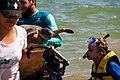 Criança observa tartaruga capturada por pesquisadores do Projeto Tamar.jpg
