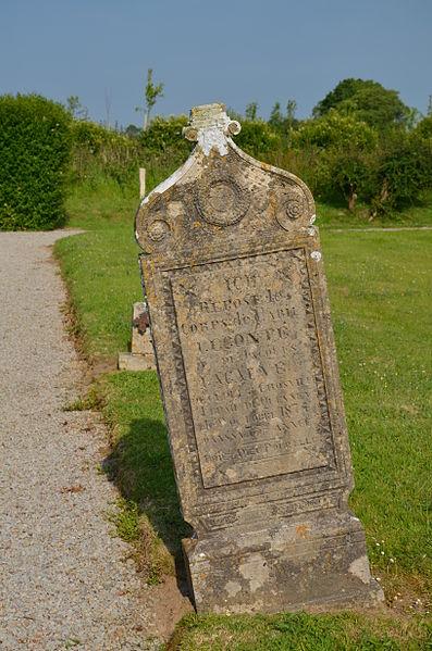 Tombe dans le cimetière de l'église Saint-Gervais et Saint-Protais de Crosville-sur-Douve.