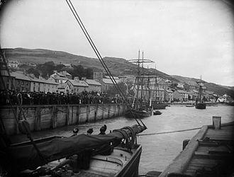 Aberdyfi - Crowds on shore at Aberdyfi watching the regatta circa 1885