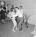 Dansende gastvrouw met een van de gasten terwijl tijdens een feestje in huiselij, Bestanddeelnr 255-4333.jpg