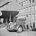 De heer de Visser staand voor zijn Simca 8 voor het KLM hoofdgebouw in Den Haag, Bestanddeelnr 255-8953.jpg