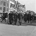 De prins, begeleid door militairen van de Binnenlandse Strijdkrachten en de Mili, Bestanddeelnr 900-2506.jpg