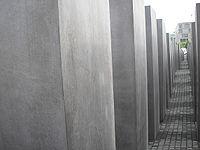 Monumento a los judíos muertos en Europa, de Peter Eisenman y Buro Happold, diseñado para producir una atmósfera molesta y confusa. La escultura trata de representar un sistema supuestamente ordenado que ha perdido el contacto con la razón humana.