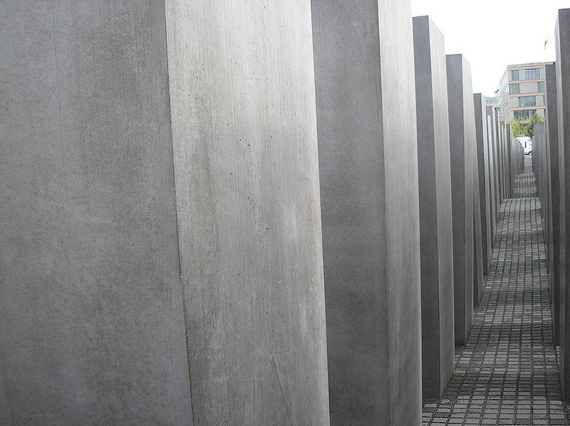http://upload.wikimedia.org/wikipedia/commons/thumb/a/a5/Denkmal_f%C3%BCr_die_ermordeten_Juden_Europas_P7120031.JPG/800px-Denkmal_f%C3%BCr_die_ermordeten_Juden_Europas_P7120031.JPG