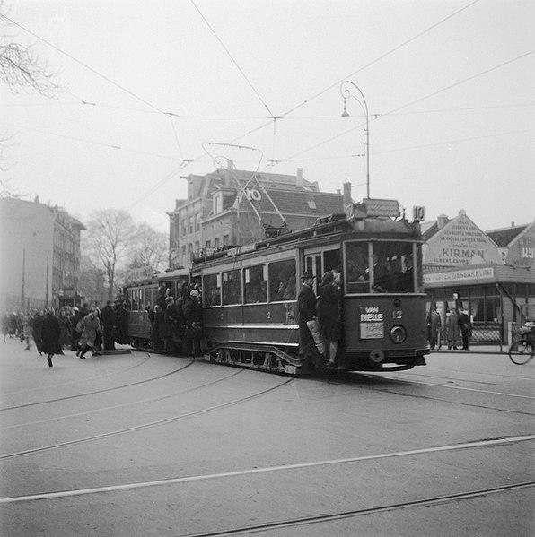 File:Drukte in de stad en bij de tram, Bestanddeelnr 901-6280.jpg