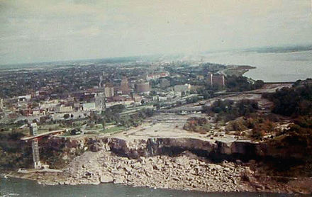 "American Falls ""shut off"" during erosion control efforts in 1969 Dryniagara.jpg"