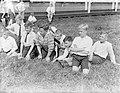 Een rij jongens bij het voetballen op het IJsclubterrein in Amsterdan, Bestanddeelnr 189-0153.jpg