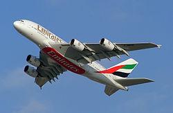 เครื่องบินแอร์บัส เอ380 สีเครื่องเอมิเรตส์ ที่นำมาแสดงในงาน ดูไบแอร์โชว์ ปีพ.ศ. 2548