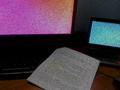 Escritorio con dos monitor y una hoja de papel.png