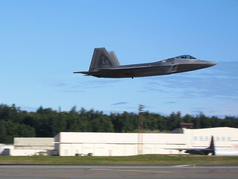 800px-F22_Raptor_during_take_off_at_Elme