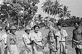 Fotograaf Bouman van Dienst Legercontacten schudt een hand van een strijder van, Bestanddeelnr 75-1-2.jpg