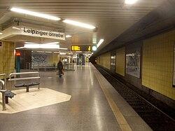 Frankfurt am Main- U-Bahnhof Leipziger Straße- auf Bahnsteig Richtung Enkheim- Richtung Enkheim 21.11.2009.jpg