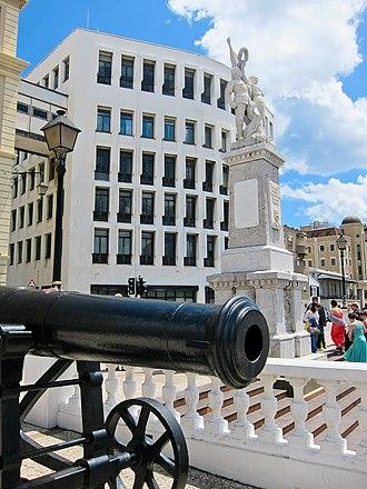 Gibraltar War Memorial - Image: Gibraltar War Memorial and Crimean gun