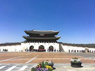 Gwanghwamun - Image: Gwanghwamun Plaza Gwanghwamun gate Gyeongbokgung Palace 2016 hschrijver