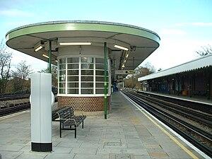 Hainault tube station - Image: Hainault tube station platforms 2&3 look north