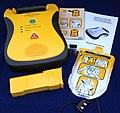 Halbautomatischer Defibrillator Ohne Display Mit Elektroden Sprachausgabe Schockknopf Zubehoer.jpg