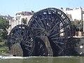 Hama, Norias (hölzerne Schöpfräder) schaufeln quietschend das Wasser aus dem Orontes in die Aquädukte (38650889186).jpg