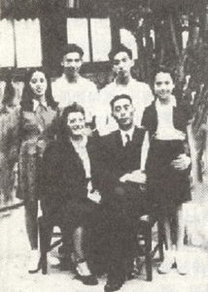 He Luli - The He family in 1947: He Siyuan and wife He Yiwen, daughters He Luli (left) and He Lumei (right), and sons He Lilu and He Yili