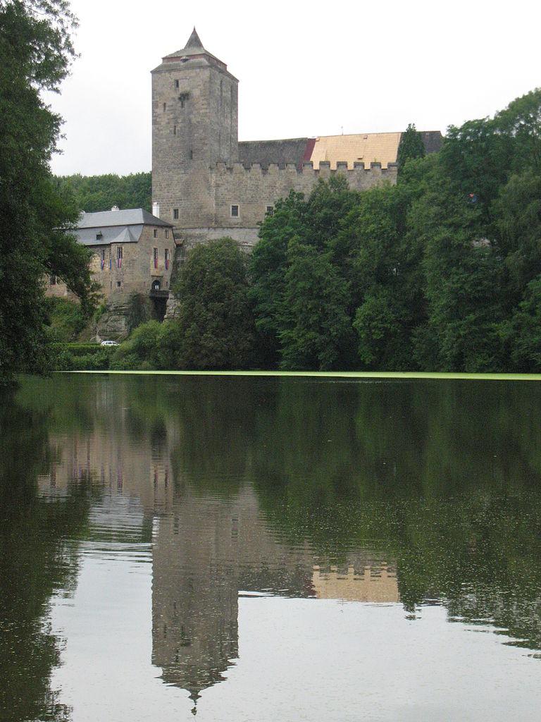 hrad Kost zrcadlící se ve vodní hladině